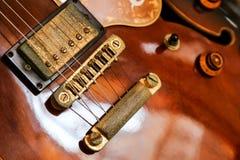 老棕色吉他 免版税库存照片