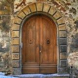 老棕色木门在古老房子,托斯卡纳里 免版税库存照片