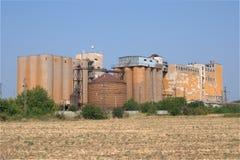 老棕色生锈的谷粮仓工厂 免版税库存图片