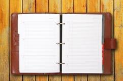 老棕色皮革盖子笔记本 免版税库存图片