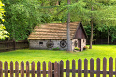 老棚子在森林 免版税库存照片