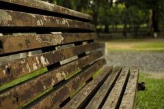 老椅子在公园 免版税库存照片