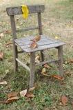 老椅子在庭院里 库存照片