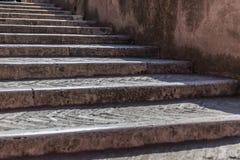 老楼梯和墙壁在背景 免版税图库摄影