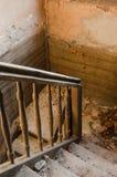 老楼梯在被放弃的房子里 免版税库存照片