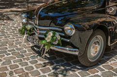 老模型汽车看法新婚佳偶的在艾克斯普罗旺斯 图库摄影