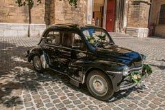 老模型汽车看法新婚佳偶的在艾克斯普罗旺斯 免版税库存图片