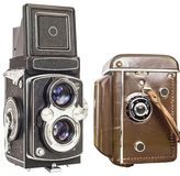 老模式双透镜反光照相机没有和在布朗在白色背景隔绝的皮革框 免版税库存图片