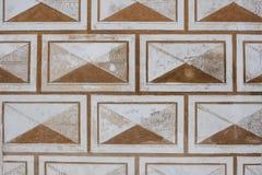老模式 褐色-在墙壁上的白色颜色的美丽的装饰品特写镜头  背景 免版税库存照片