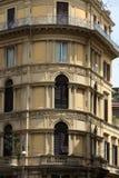 老橙色壁角房子在罗马的中心 免版税库存图片