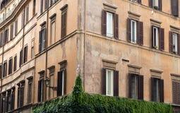 老橙色壁角房子在罗马的中心 图库摄影
