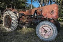 老橙色拖拉机 免版税图库摄影