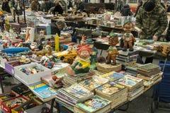 老橡胶玩偶和漫画书在销售中 库存图片