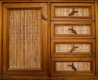 老橱门由木主张的物质制成 免版税库存照片