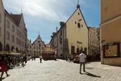 老正方形的人们在塔林,爱沙尼亚 免版税库存图片