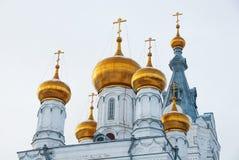 老正统大教堂金黄圆屋顶和塔  免版税库存图片