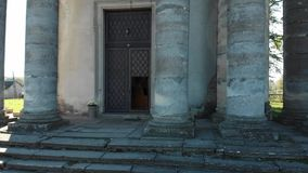 老步和柱子在老天主教附近 影视素材