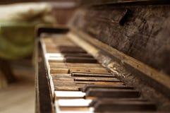 老残破的钢琴在木房子里 免版税库存照片