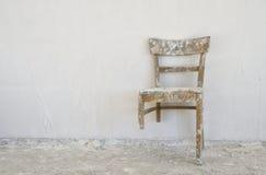 老残破的椅子 免版税库存照片
