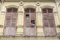老殖民地窗口木建筑学在怡保马来西亚东南亚 免版税图库摄影