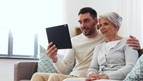 老母亲和成人儿子有平板电脑的在家 股票视频