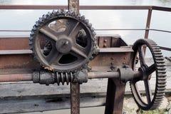 老水坝结束机制,上个世纪钝齿轮  免版税库存照片