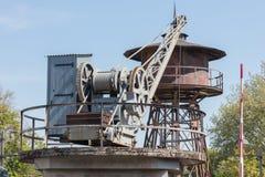 老水塔和起重机在一个火车站 免版税库存图片
