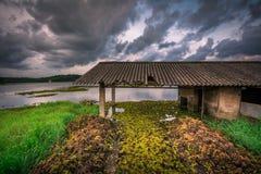 老水泵房和剧烈的天空在背景中在Cheloor湖是,Sasthamcotta 免版税库存图片