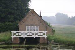 老水泵驻地在接近荷兰扁圆形干酪的Haastrecht说出斯坦名字在荷兰 免版税库存图片