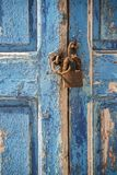 老江边房子窗口和挂锁米科诺斯岛镇希腊 免版税库存照片