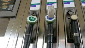 老汽油或加油站气体燃料泵浦喷管 加油站 汽车装载的燃料加油站 股票录像
