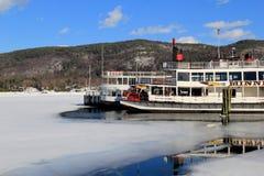 老汽船美好的场面在湖乔治,纽约的,早春天解冻的, 2015年 库存照片