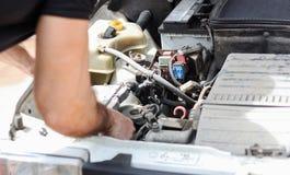 老汽车修理 图库摄影