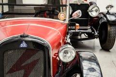 老汽车在德累斯顿王宫  库存图片