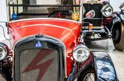 老汽车在德累斯顿,德国王宫  减速火箭的汽车Autoshow  库存图片