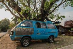老汽车在树下 库存图片