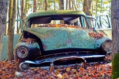 老汽车在森林里 图库摄影