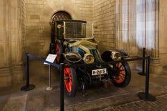 老汽车在巴塞罗那Cityhall  库存照片