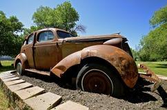 老汽车当草坪装饰品 图库摄影