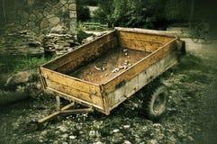 老汽车拖车在俄国村庄 库存图片