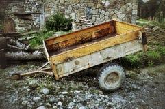 老汽车拖车在俄国村庄 图库摄影