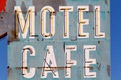 老汽车旅馆和咖啡馆标志 免版税库存照片