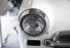 老汽车的车灯 这辆汽车在修理中 白色汽车金属和镀铬物 免版税图库摄影