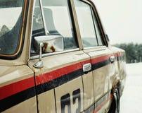 老汽车运输室外窗口镜子金属细节特写镜头 库存照片