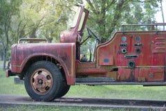 老汽车 在草坪被设定了 这些,一些我们不使用生锈的片断 库存照片