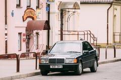 老汽车1996年奔驰车190 E, W201,在街道上的轿车停车处 库存图片