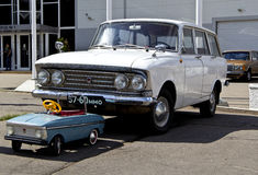 老汽车Moskvich和玩具Moskvich 库存图片