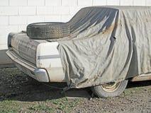 老汽车wiith新的备用轮胎 库存图片