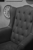 老沙发和时钟黑白颜色 免版税库存照片