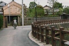 老沿小街道的葡萄酒木日本房子由利根川河在佐原市村庄,著名小的伊多老镇 库存图片